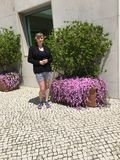 Modest Young Woman Outside Hotel Oeiras real imágenes de archivo libres de regalías