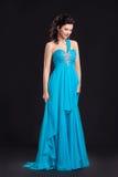 Modestil. Kvinna i klassiskt cyan posera för klänning royaltyfri foto