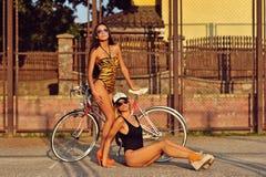 Modestilfoto av två sexiga kvinnor Arkivfoto