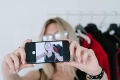 Modestilist selfie beweglicher influencer Lebensstil stockbilder