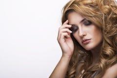 Modestilstående av den härliga fina kvinnan fotografering för bildbyråer