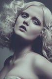 Modestilstående av den härliga fina kvinnan drammatic colo arkivfoton