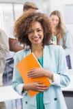 Modestudent, der an der Kamera lächelt lizenzfreies stockfoto