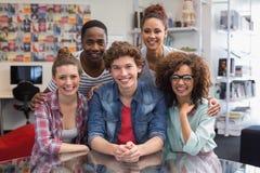 Modestudenten, die zusammen an der Kamera lächeln Lizenzfreies Stockbild