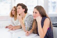Modestudenter som är uppmärksamma i grupp arkivbild