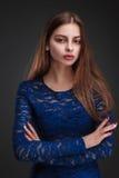 Modestudioportait av skönhetflickan Arkivfoton