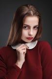 Modestudioportait av skönhetflickan Arkivfoto