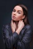 Modestudioportait av skönhetflickan Arkivbild