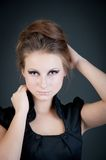 Modestudioporträt der herrlichen jungen Frau. Lizenzfreie Stockbilder