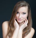 Modestudioporträt der herrlichen jungen Frau. Stockbilder