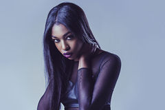 Modestudioporträt der jungen Frau Stockfoto