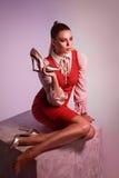 Modestudiotrieb der Aufstellung der Frau im roten Kleid auf großem Würfel ho Lizenzfreies Stockbild