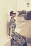 Modetappningstil - härlig elegant kvinna i leopardklänning fotografering för bildbyråer