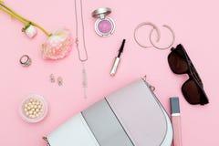 Modetillbehör, skönhetsmedel och handback på en rosa bakgrund Royaltyfri Foto