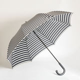 Modetillbehör - svartvitt randigt paraply Arkivfoto