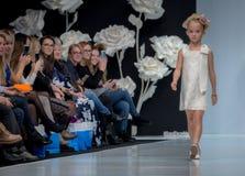 Modevecka i Moskva 2017 MODEET FÖR `-OS SPANIEN FÖR BARN SPAIN/LA MODA PARA NIÃ Royaltyfri Bild