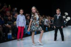 Modevecka i Moskva 2017 MODEET FÖR `-OS SPANIEN FÖR BARN SPAIN/LA MODA PARA NIÃ Royaltyfri Fotografi