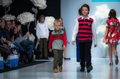 Modevecka i Moskva 2017 MODEET FÖR `-OS SPANIEN FÖR BARN SPAIN/LA MODA PARA NIÃ Arkivfoton