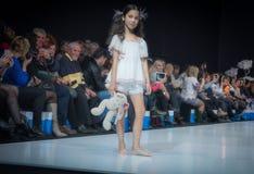 Modevecka i Moskva 2017 MODEET FÖR `-OS SPANIEN FÖR BARN SPAIN/LA MODA PARA NIÃ Arkivbild