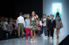 Modevecka i Moskva 2017 MODEET FÖR `-OS SPANIEN FÖR BARN SPAIN/LA MODA PARA NIÃ Fotografering för Bildbyråer