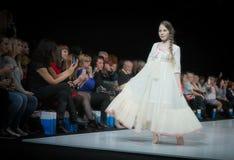 Modevecka i Moskva 2017 MODEET FÖR `-OS SPANIEN FÖR BARN SPAIN/LA MODA PARA NIÃ Royaltyfria Bilder