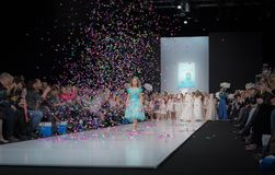 Modevecka i Moskva 2017 MODEET FÖR `-OS SPANIEN FÖR BARN SPAIN/LA MODA PARA NIÃ Arkivbilder