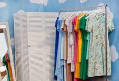 Modevisningslokalen av formgivarekläder shoppar med klänningar på hängare Arkivbilder
