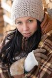 Modewinter-Frauenabdeckung in der umfassenden Landschaft Lizenzfreies Stockfoto
