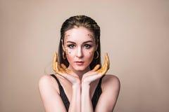 Modezauberfrau mit Gesicht im Funkelnpulver stockfotos