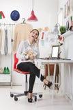 Modezeitschriftherausgeber in ihrem Büro sprechend mit intelligentem Telefon. lizenzfreies stockbild