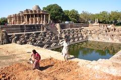 MODHERA, GOUDJERATE, INDE - 17 DÉCEMBRE 2013 : Temple de Sun avec des travailleurs photo stock