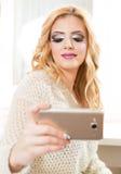 Modieus aantrekkelijk meisje die een zelfportret nemen royalty-vrije stock foto