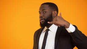 Modieus Afrikaans-Amerikaans mannetje in het formalwear maken om me gebaar te roepen, die plaats dateren stock videobeelden