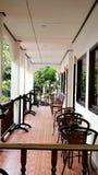 Modieus balkon met stoelen Stock Afbeeldingen