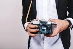 Modieus beeld van retro camera in handen van knappe kerel in kostuum Vrije tijd, journalist die, foto, hobbys, pret hebben royalty-vrije stock afbeeldingen
