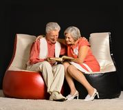 Modieus bejaard paar in studio Stock Afbeeldingen