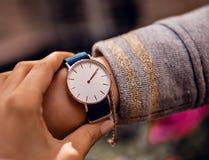 Modieus blauw horloge op vrouwenhand royalty-vrije stock fotografie