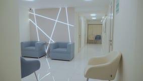 Modieus en helder binnenland in moderne kliniek stock footage