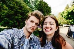 Modieus gelukkig hipsterpaar die en zelf pret hebben die lachen nemen royalty-vrije stock foto