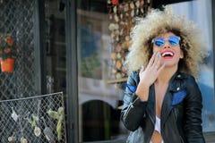 Modieus gelukkig meisje met zonnebril Stock Foto