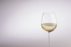Modieus glas met lange stam witte wijn stock foto