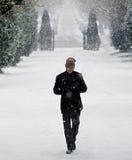 Modieus jong mannetje in het portret van de sneeuwwinter Stock Afbeelding