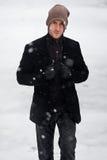 Modieus jong mannetje in het portret van de sneeuwwinter royalty-vrije stock foto's