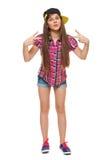 Modieus jong meisje in een GLB, een overhemd en denimborrels De tiener van de straatstijl, levensstijl, op witte achtergrond word Stock Afbeelding