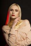 Modieus jong model met lang blondehaar en gouden folie  Royalty-vrije Stock Foto