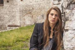 Modieus jong mooi meisje in openlucht gang Stock Fotografie
