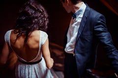 Modieus jong paar die zich op treden bevinden en elkaar koesteren Royalty-vrije Stock Foto