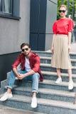 modieus jong paar van modellen in zonnebril royalty-vrije stock foto