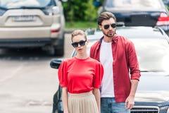 modieus jong paar van modellen in zonnebril het stellen royalty-vrije stock afbeelding