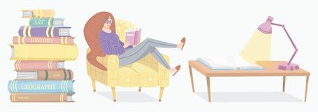Modieus jong wijfje die een open boek lezen De minnaar van literatuur zit op de stoel Stapel encyclopedie?n en omgekeerd royalty-vrije illustratie